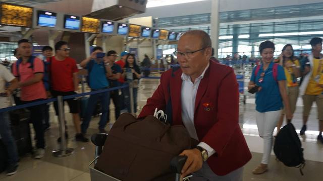 HLV Park Hang Seo thu hút sự chú ý ở sân bay - Ảnh: Nguyễn Dương