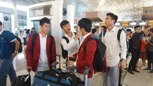 Các cầu thủ Olympic Việt Nam trầm ngâm ở sân bay - Ảnh: Nguyễn Dương