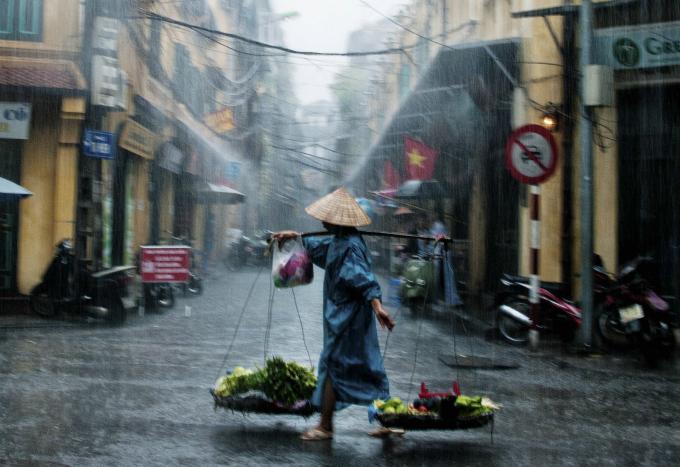Cơn mưa chiều làm không khí ngày lễ trở nên mát mẻ.