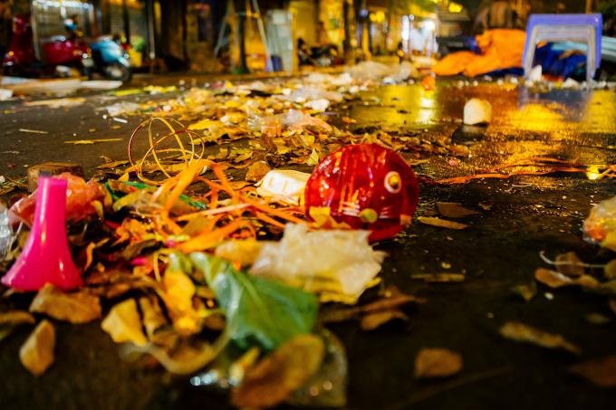 23h đêm 24/9 khi du khách dần vãn đi thì cũng là lúc những đống rác hiện lên rõ mồn một.
