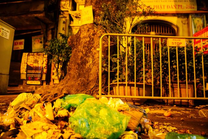 Xả luôn rác ở cổng chùa mặc dù có biển cấm xả rác.