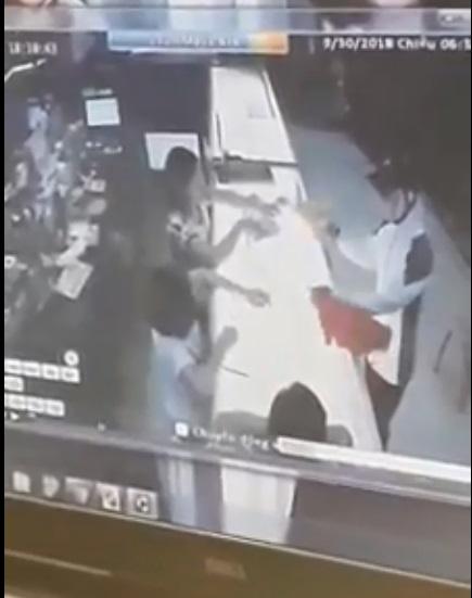Hình ảnh trích xuất từ camera giám sát ở tiệm vàng.