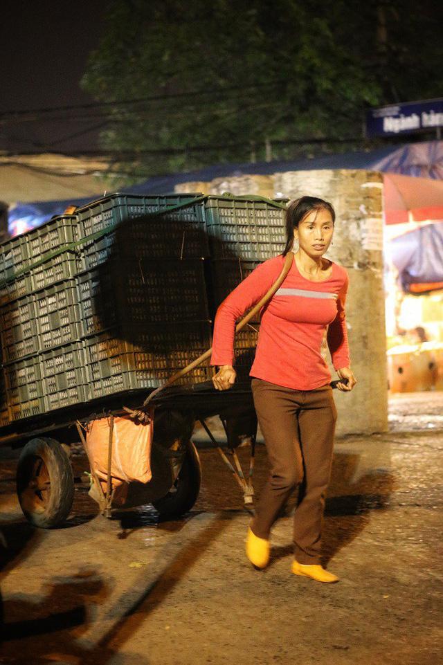 Lao động nữ ở chợ Long Biên phải làm đủ thứ nghề, thậm chí cả những nghề tưởng chỉ dành cho đàn ông như: Cửu vạn bốc vác hoặc các nghề: bán hàng rong; bán hoa quả, thực phẩm;…