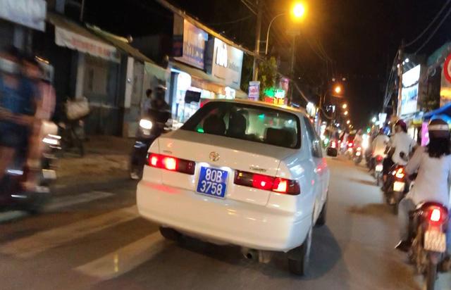 Chiếcxe biển xanh80B-3758 bật đèn ưu tiên,hú còi inh ỏitrên các tuyến đường Nguyễn Thị Định, Nguyễn Duy Trinh, quận 2 khiến người đi đường phải vội vã né tránh,nhường đường.