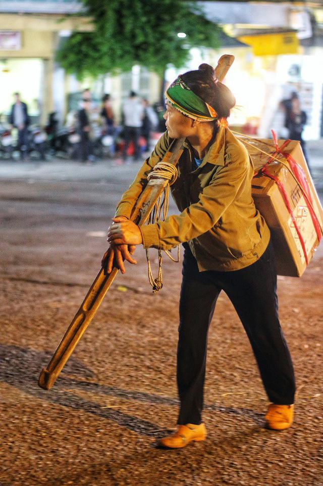 Vì nỗi lo cơm áo gạo tiền, những nữ lao động ở đây chẳng dám mơ về một ngày nghỉ trọn vẹn chứ nào dám hy vọng được nhận quà, hoa dịp 20/10 như bao người.