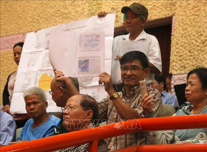 Người dân đem theo bản đồ quy hoạch Khu đô thị mới Thủ Thiêm đến chất vấn Đoàn đại biểu Quốc hội thành phố. Ảnh: Trần Xuân Tình/TTXVN