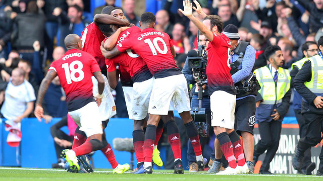 Các cầu thủ Man Utd ăn mừng bàn thắng thứu hai.