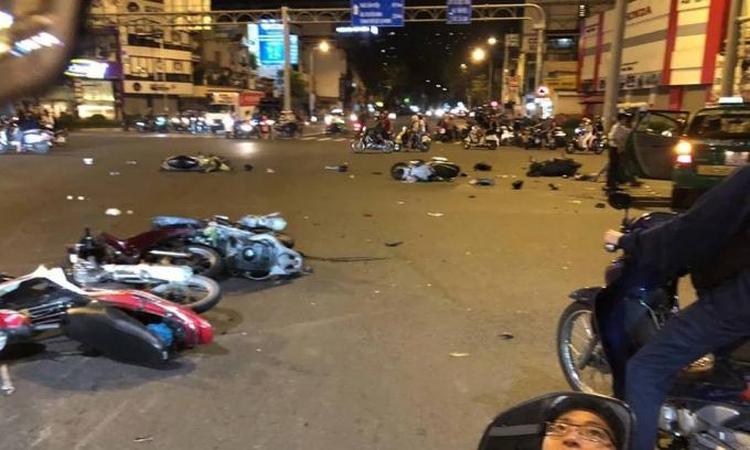 Clip hiện trường vụ xe BMW tông hàng loạt phương tiện dừng đèn đỏ khiến 7 người thương vong