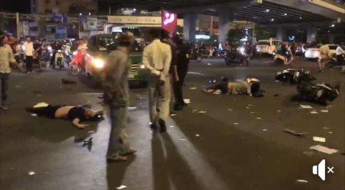 Người và phương tiện nằm la liệt trên đường. (Ảnh cắt từ clip)