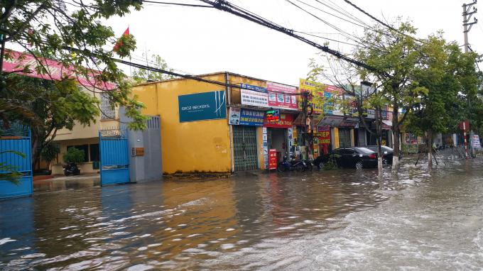 Trước đây, dọc tuyến đường Lý Bôn là hệ thống kênh thoát nước, nhưng nay đã biến thành các dãy ki ốt, cửa hàng.