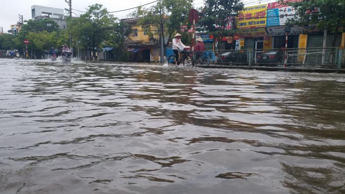 Đường Lý Bôn, phường Tiền Phong, TP Thái Bình biến thành sông sau mỗi trận mưa.