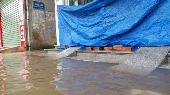 Cứ mỗi trận mưa, các hoạt động kinh doanh trên tuyến phố này gần như tê liệt. Các cửa hàng phải che bạt, đóng cửa tránh nước.