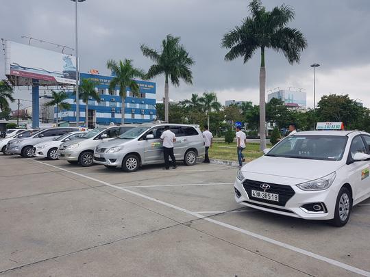 Taxi các hãng ngừng hoạt động đón khách tại bãi đỗ sân bay Đà Nẵng sáng 4/11.