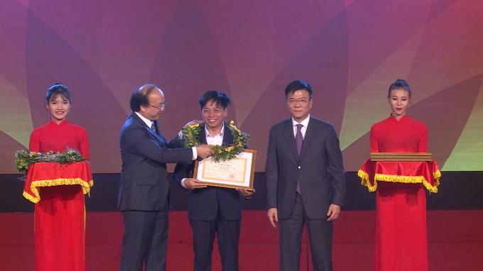 Bộ trưởng Bộ Tư pháp Lê Thành Long và Thứ trưởng Bộ Tư pháp Phan Chí Hiếu trao tặng Bằng khen của Bộ Tư pháp cho Báo Pháp luật Việt Nam.