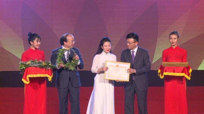 Đại diện Văn phòng Bộ Tư pháp nhận Bằng khen vì những thành tích xuất sắc qua 5 năm tổ chức hưởng ứng Ngày Pháp luật Việt Nam.