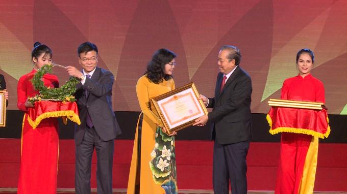 Phó Thủ tướng Chính phủ Trương Hòa Bình và Bộ trưởng Bộ Tư pháp Lê Thành Long trao tặng Bằng khen và hoa chúc mừng cho các cá nhân, tập thểđạt thành tích xuất sắc qua 5 năm tổ chức hưởng ứng Ngày Pháp luật.