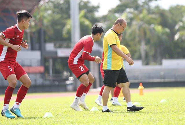 Buổi tập thứ hai của đội tuyển Việt Nam tại Kuala Lumpur diễn ra vào lúc 10h15 sáng nay, 9/12 đúng thời điểm thời tiết rất nắng nóng.