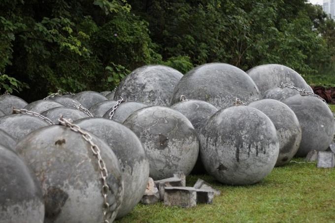 Trong tổng số 40 quả bóng xích, có 4 quả to gấp nhiều lần những quả khác