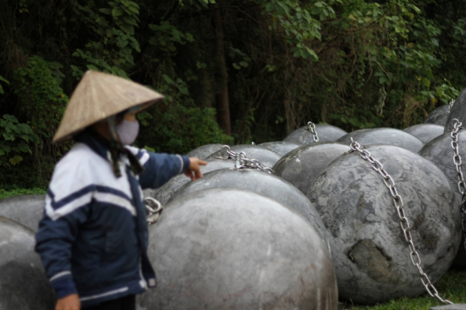 Theo bà H quê ở Nam Định là người nhặt ve chai thường đi qua nơi này cho biết, vào những buổi chiều nắng ráo người dân thường đưa con em mình đến đây để chơi đùa với những quả bóng xích.