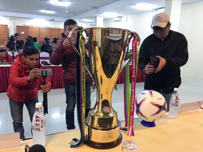 Chiếc cúp xuất hiện ở cuộc họp báo trận chung kết lượt về và sẽ xuất hiện ở lối ra của hai đội tại sân Mỹ Đình trước trận