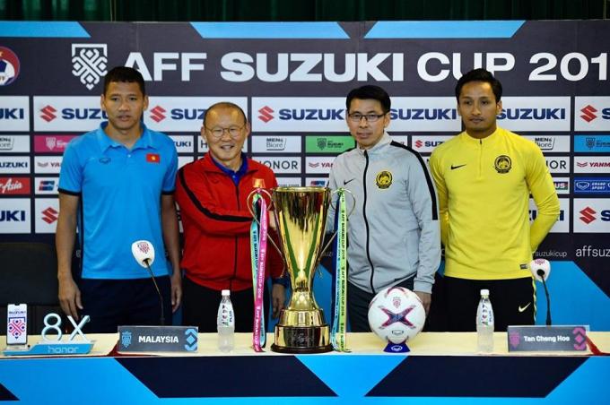 HLV hai đội Việt Nam và Malaysia chụp ảnh tại cuổi họp báo trước trận.