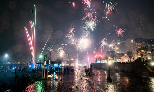 Pháo hoa rực rỡ trên bầu trời thành phố Hamburg, Đức.