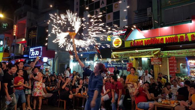 Khu phố Tây Bùi Viện được nhiều người đến chơi và đếm ngược khoảnh khắc đón năm mới.