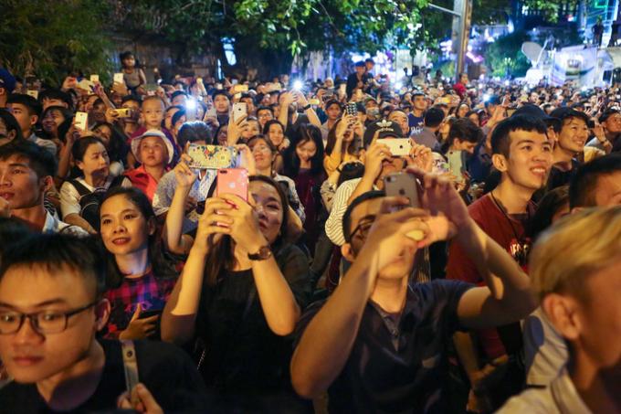 Màn biểu diễn pháo hoa kết thúc trong tiếng vỗ tay của nhiều người dân TP.