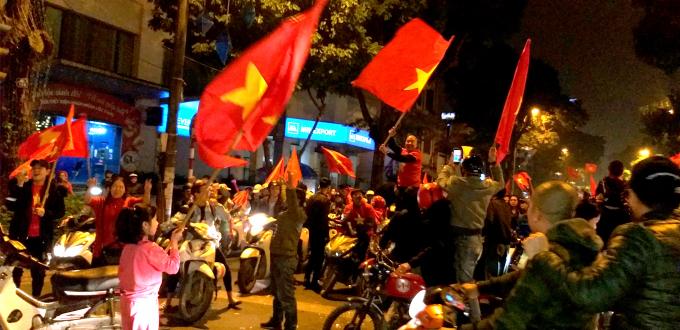 Hàng vạn người xuống đường ăn mừng chiến thắng của tuyển Việt Nam