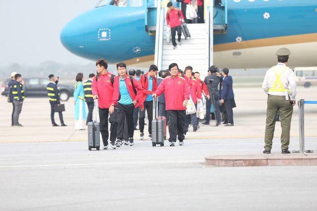 Đúng 14h15 ngày 26/1, máy bay chở đội tuyển Việt Nam xuống sân bay Nội Bài