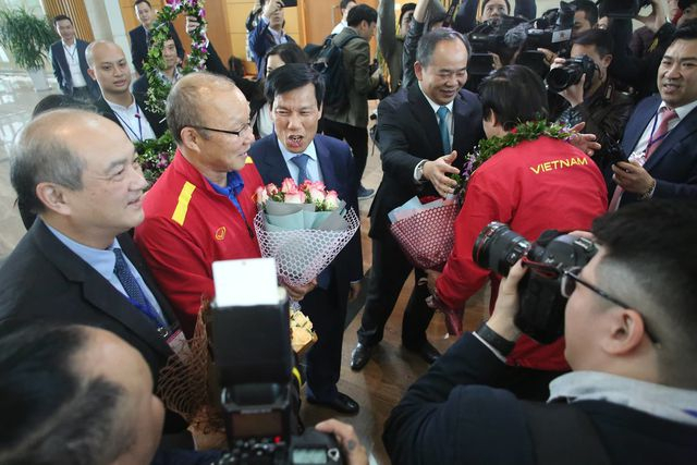 Bộ trưởng VH,TT&DL Nguyễn Ngọc Thiện và Chủ tịch VFF Lê Khánh Hải chờ đón đội tuyển Việt Nam ở sân bay