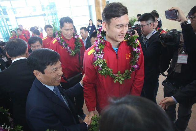 Bộ trưởng Nguyễn Ngọc Thiện chia sẻ niềm vui với Văn Lâm
