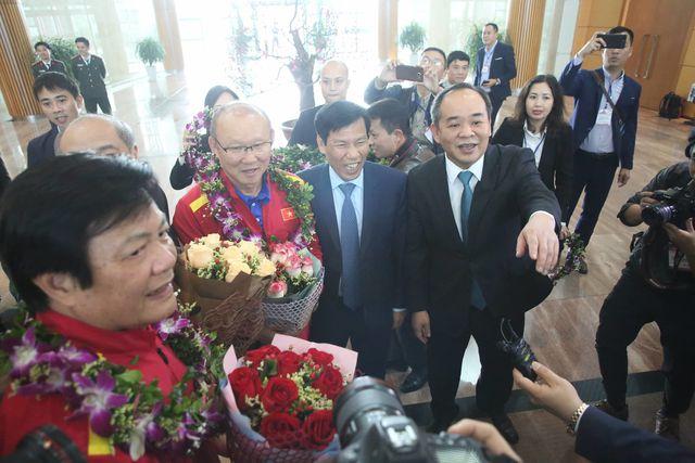 HLV Park Hang Seo nhận hoa từ lãnh đạo Bộ VH,TT&DL