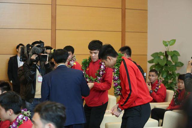 Bộ trưởng Nguyễn Ngọc Thiện lì xì cho các tuyển thủ Việt Nam