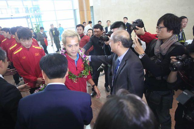 Tổng cục trưởng Tổng cục TDTT Vương Bích Thắng chia vui với Văn Toàn