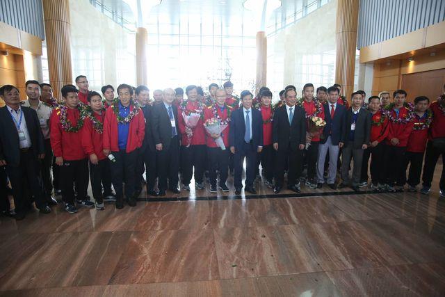 Bộ trưởng Nguyễn Ngọc Thiện chụp ảnh lưu niệm với toàn đội