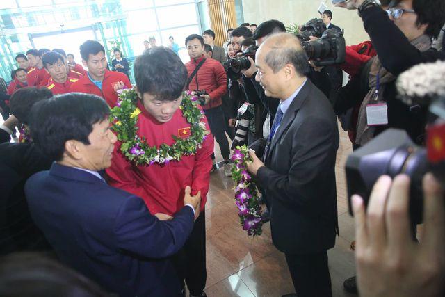 Lãnh đạo bộ VH,TT &DL trao hoa cho Xuân Trường
