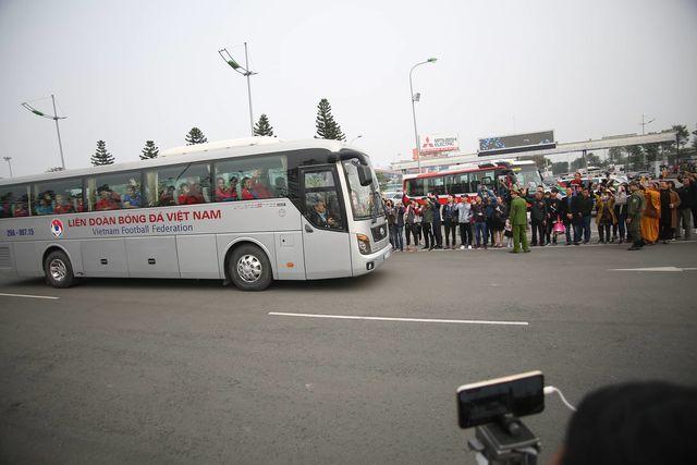 ác tuyển thủ Việt Nam lên xe về trụ sở Liên đoàn bóng đá Việt Nam