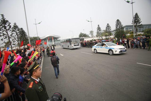 Người hâm mộ ở hai bên đường chào đón các tuyển thủ trở về