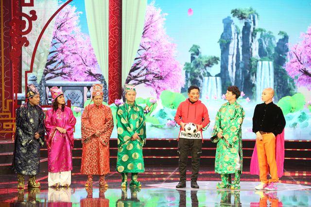 Ngọc Hoàng xuất hiện ở phần đầu buổi chầu bằng một bộ trang phục hết sức