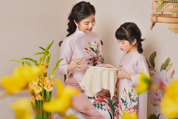 Áo dài đôi một gợi ý cho ngày Tết của mẹ và bé.