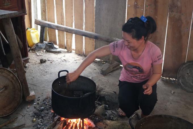 Chị Bàn Thị Hương (vợ anh Huy) đang vui vẻ nấu nhiều món ngon để cúng tổ tiên