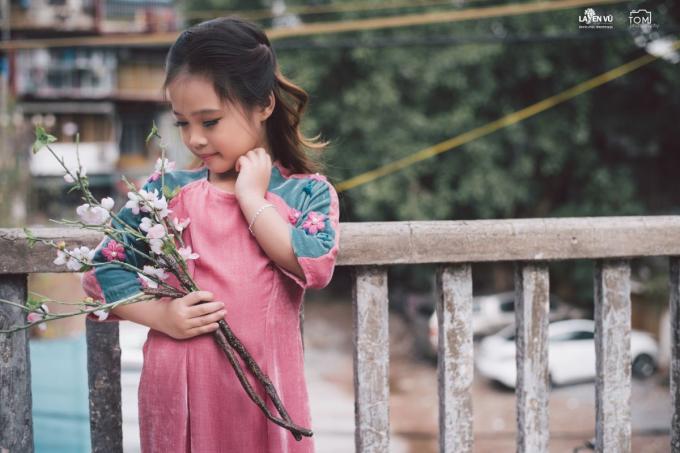 Những mẫu áo dài cho bé cũng được nhiều mẹ lựa chọn làm trang phục ngày Tết.