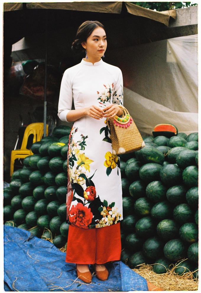 Các loại hoa phú quý được dệt, thêu tay tỉ mỷ trên thân áo dài.