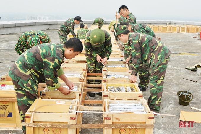Công tác lắp đặt, đấu nối các giàn pháo tại điểm bắn tầng 15, tòa nhà BMC Hà Tĩnh. (Ảnh Báo Hà Tĩnh)