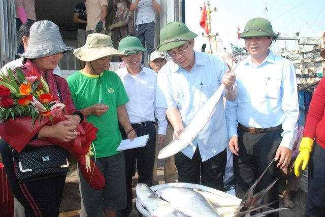Lãnh đạo tỉnh Quảng Trị có mặt chúc mừng ngư dân.
