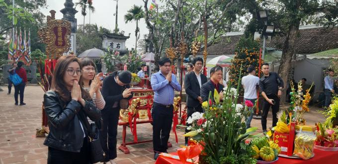 Tại đền Thiên Trường và Cố Trạch đã tấp nập cảnh làm lễ, dâng hương của du khách.