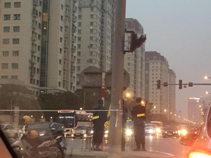 Lực lượng an ninh Việt Nam đứng ở mọi nơi trên tuyến đường từ Sân bay Nội Bài về nội đô, nơi dự kiến đoàn xe của Tổng thống Trump sẽ đi qua.
