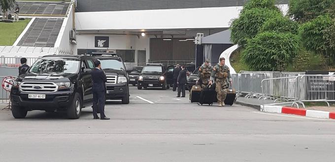 Một số nhân viên mật vụ Mỹ đang chuẩn bị tư trang cho việc rời khỏi Hà Nội sau cuộc họp báo củaTổng thống Trump.