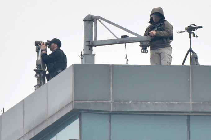Đặc vụ Mỹ quan sát đảm bảo an ninh từ trên nóc của khách sạn.